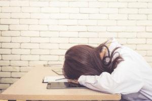 仕事と子育ての両立に疲れている女性